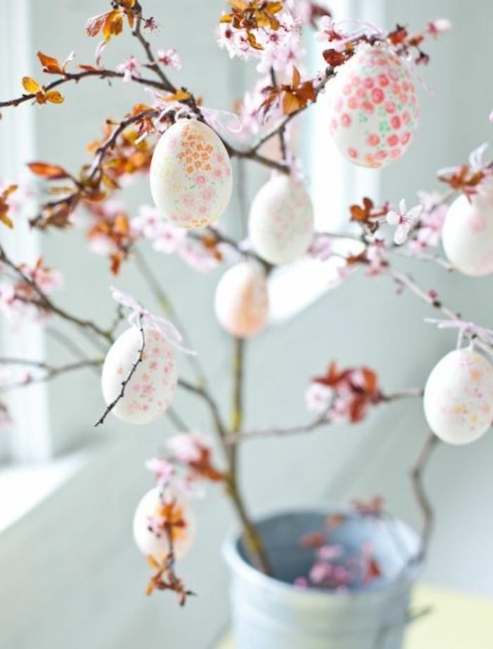 arbre-de-paques-tres-esthetique-coloriage-oeufs-tres-elabore-a-jolis-elements-floraux