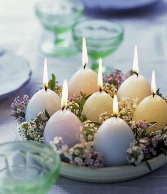 assiette-pleine-de-jolies-fleurs-et-bougies-dans-la-forme-d-oeufs-deco-paques-pleine-de-charme