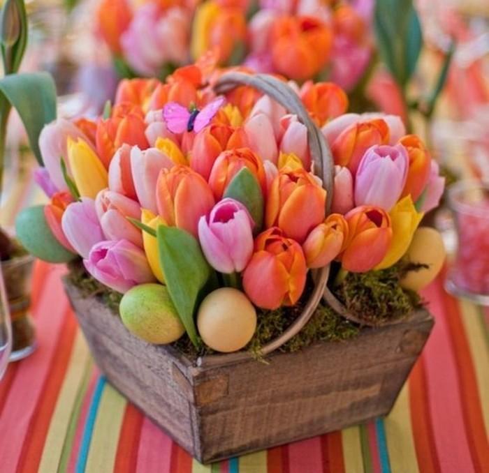 bac-a-fleurs-avec-de-jolies-tulupes-de-couleurs-differentes-et-oeufs-explosion-de-couleurs-douces