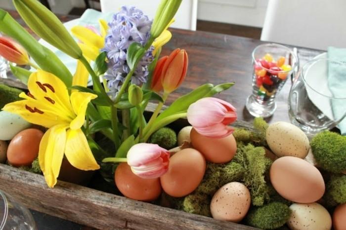 bac-en-bois-rempli-de-fleurs-et-d-oeufs-idee-deco-paques-charmante