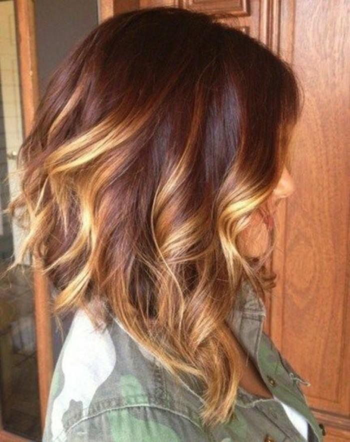 balayage-cheveux-marrons-femme-chemise-verte-coloration-chocolat-avec-balayage