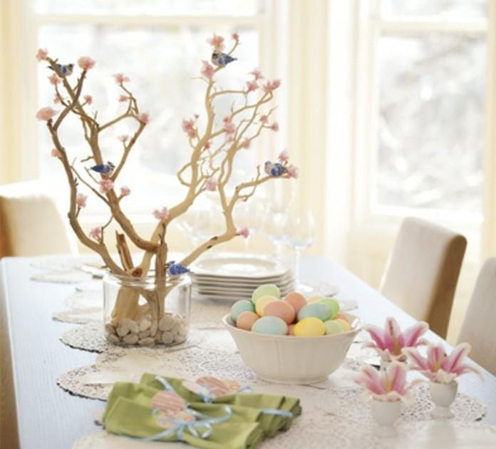 beau-design-deco-table-paques-oeufs-colores-joli-arbre-de-paques-parseme-de-fleurs-roses-et-oiseaux-perches-jolies-fleurs-poses-dans-des-supports-d-oeufs