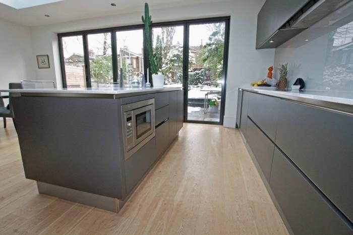 bel-exemple-de-cuisine-gris-anthracite-stratifie-plan-de-travail-et-credence-blancs-decor-epure