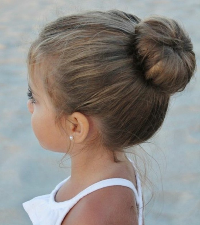 belle-coiffure-bebe-avec-chignon-idee-genaile-pour-votre-petit-bout-de-choux