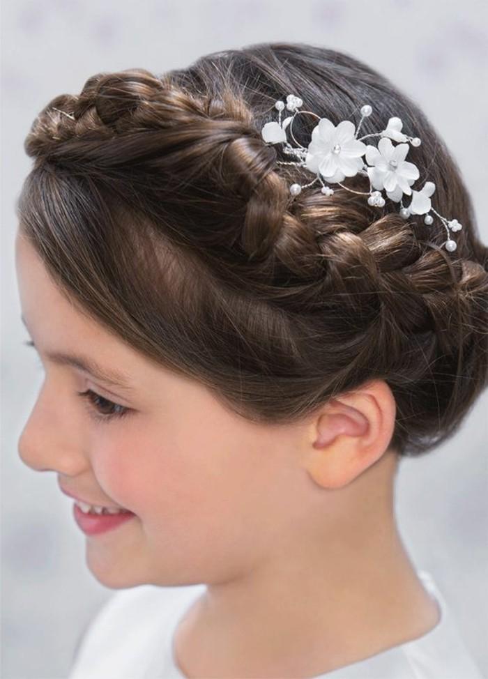 belle-coiffure-pour-la-communion-de-votre-petite-fille-coiffure-natte-avec-joli-accessoire