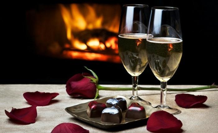 belle-et-adorable-idee-de-repas-romantique-diner-saint-valentin-vin-et-cheminee