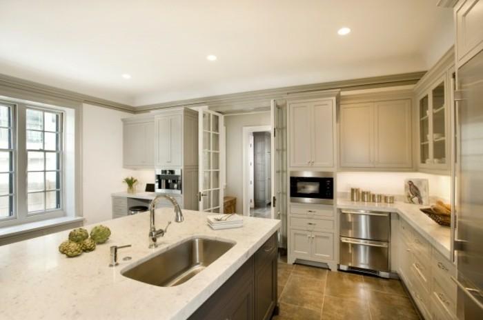 belle-idee-comment-repeindre-sa-cuisine-cuisine-blanche-et-grise-avec-plusieures-nuances-du-gris-placards-couleur-gris-taupe