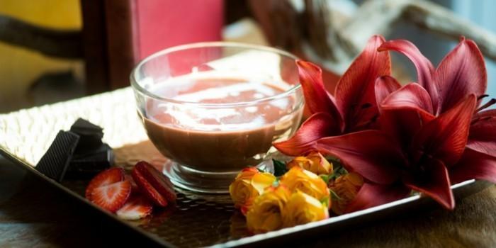belle-idee-de-repas-romantique-diner-saint-valentin-fondue-et-fleurs