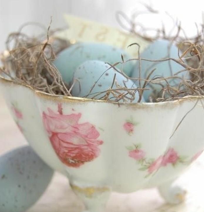 bol-vintage-a-motifs-floraux-rempli-d-oeufs-bleus-et-d-herbe-seche-formidable-deco-paques