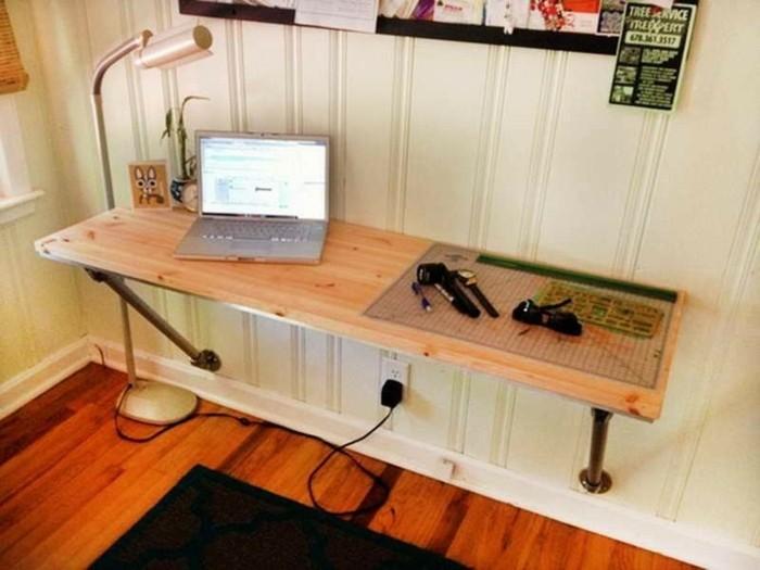 bureau-en-palette-simple-et-tres-facile-a-realiser-idee-pour-un-meuble-en-palette-gain-de-place
