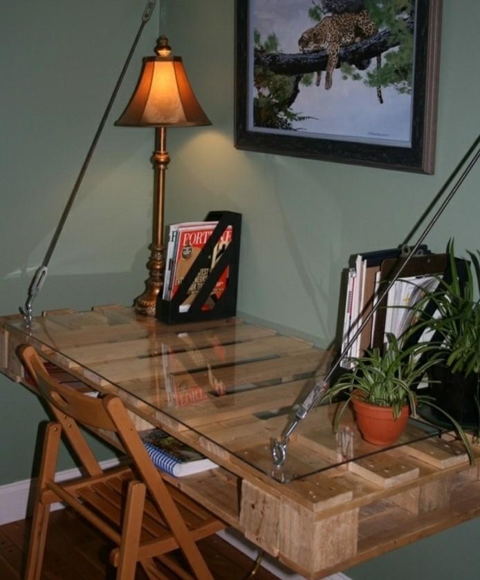 bureau-escamotable-idee-geniale-pour-fabriquer-un-bureau-en-palette-chaise-en-bois-lampe-vintage