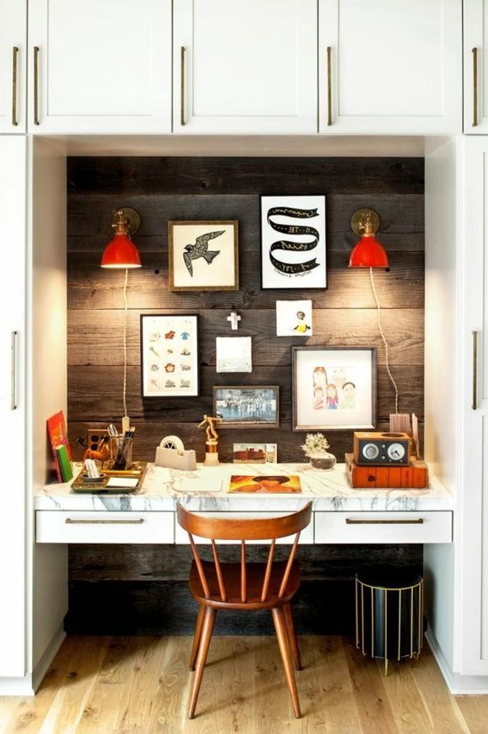 bureau-laque-blanc-bureau-integre-lambris-bois-fonce-et-appliques-rouges