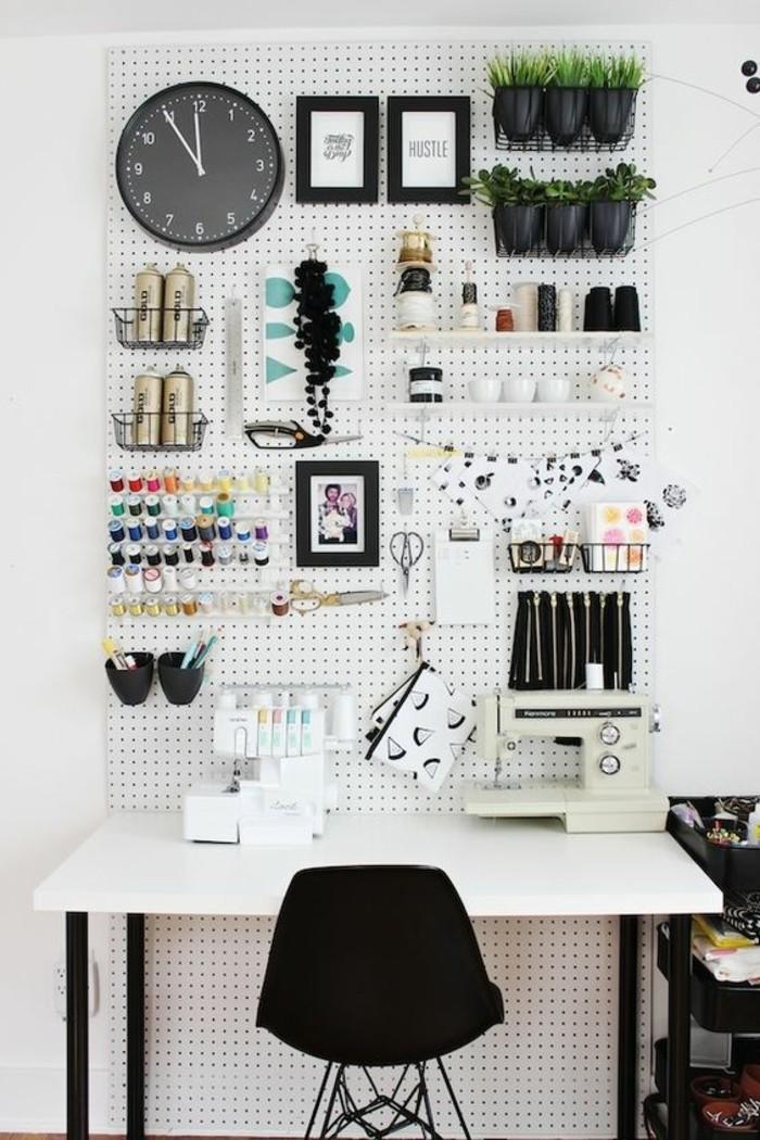 bureau-laque-blanc-chaise-noire-et-mur-perspnnalise
