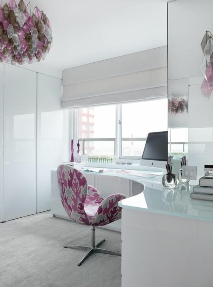 bureau-laque-blanc-design-en-courbe-et-chaise-rose