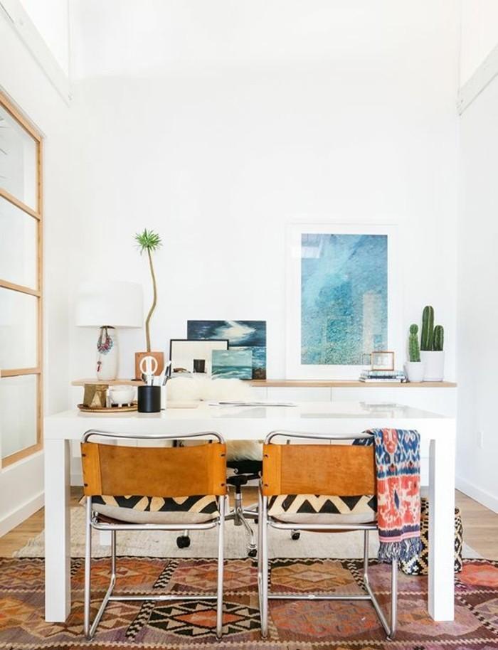 bureau-laque-blanc-deux-chaises-en-cuir-tapis