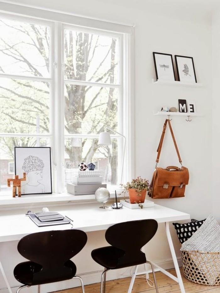 bureau-laque-blanc-deux-chaises-noires-et-bureau-long