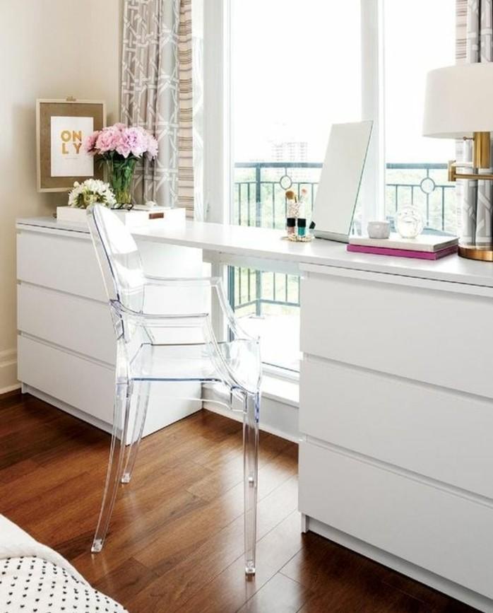 bureau-laque-blanc-dispose-pres-du-balcon-et-chaise-acrylique