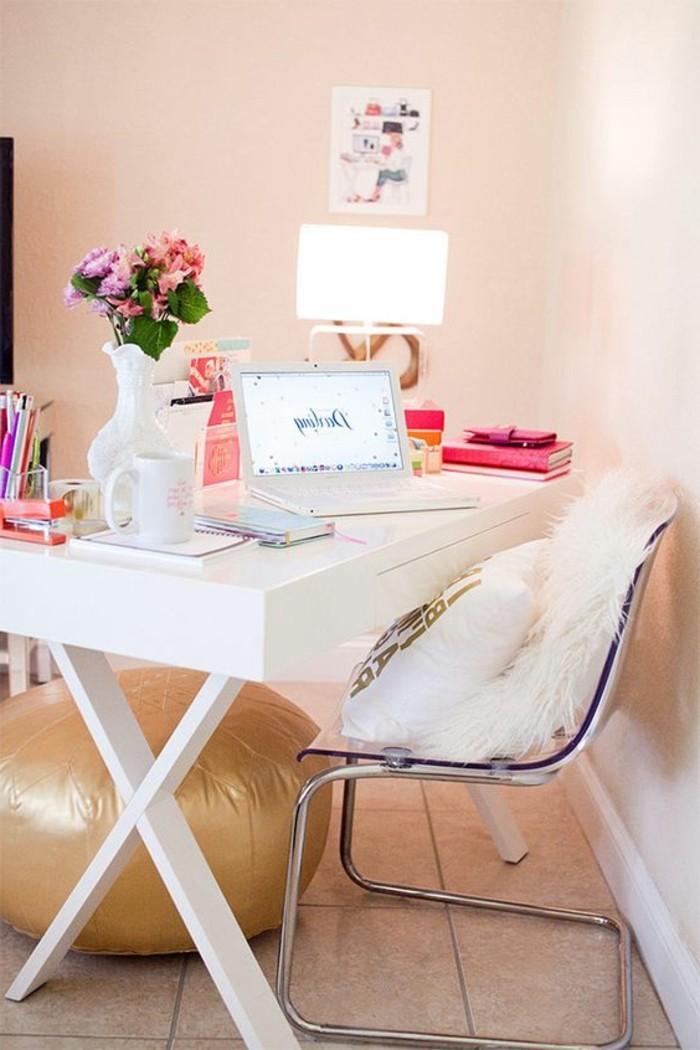 bureau-laque-blanc-et-chaise-design-pouf-beige