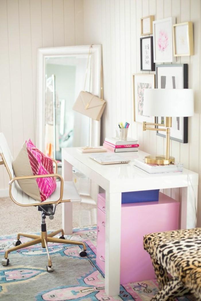 bureau-laque-blanc-grande-lampe-de-bureau-et-caissons-de-rangement-roses