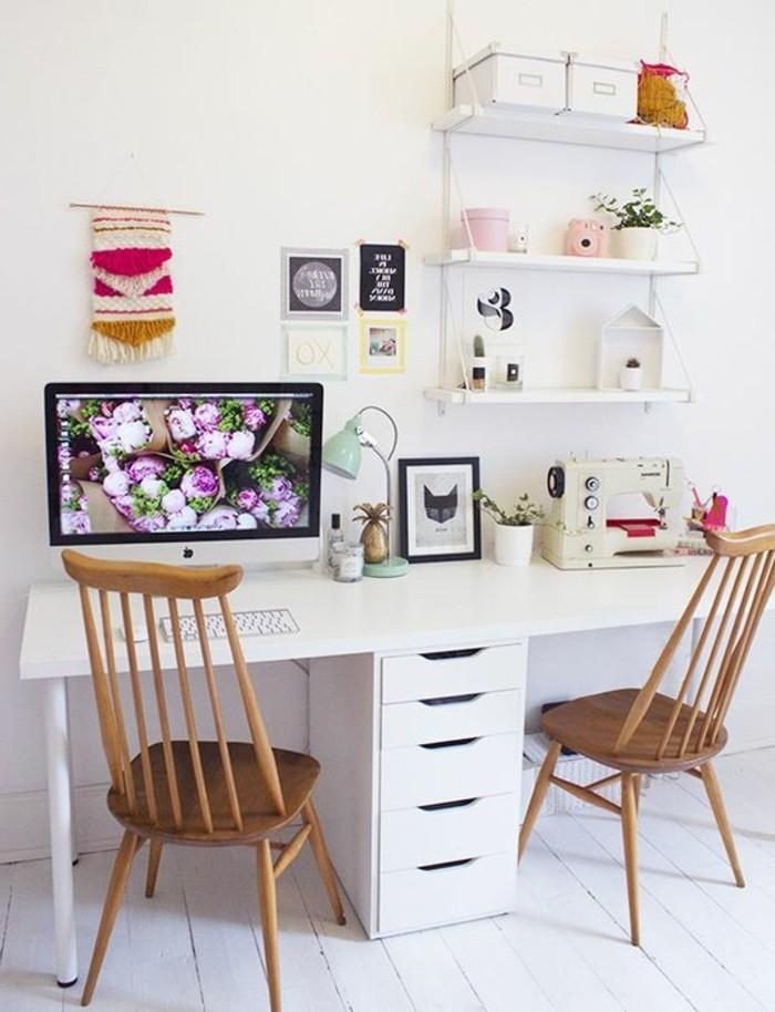bureau-laque-blanc-ikea-pour-deux-personnes-et-chaises-de-bois