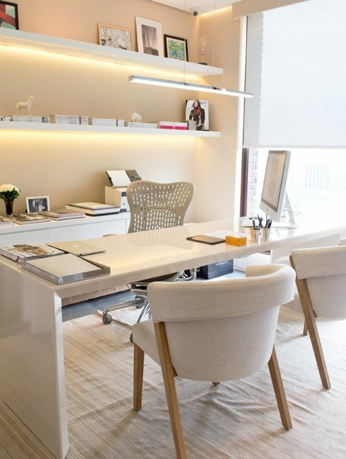 bureau-laque-blanc-jolies-etageres-murales-deux-grandes-chaises