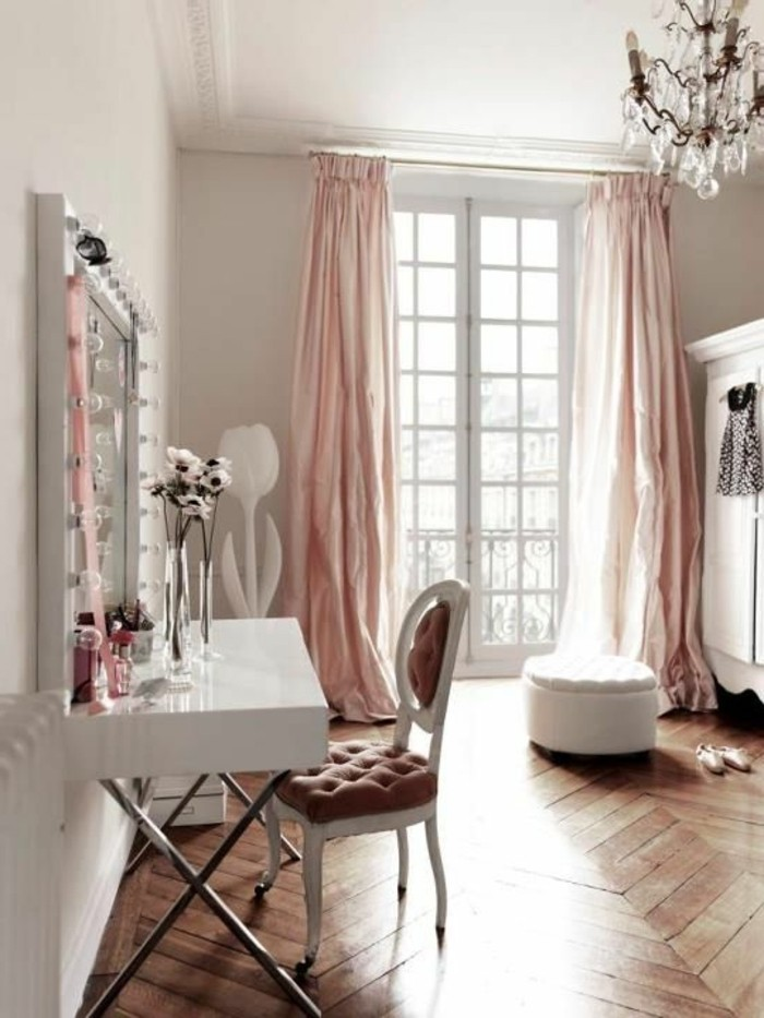 bureau-laque-blanc-parquet-chevron-et-deco-baroque