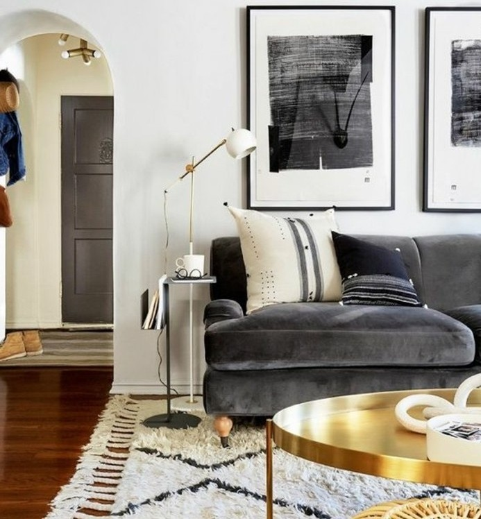 canape-couleur-gris-anthracite-couleur-mur-blanche-et-tapis-blanc-table-basse-doree-ambiance-tranquille-propice-a-la-relaxation