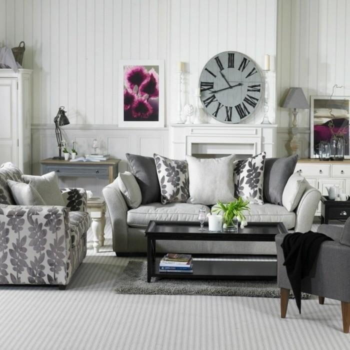 canape-gris-fauteuil-a-motifs-floraux-peinture-murale-joli-horloge-vintage-touche-de-couelur-prune-table-noir-ambiance-cosy-vintage