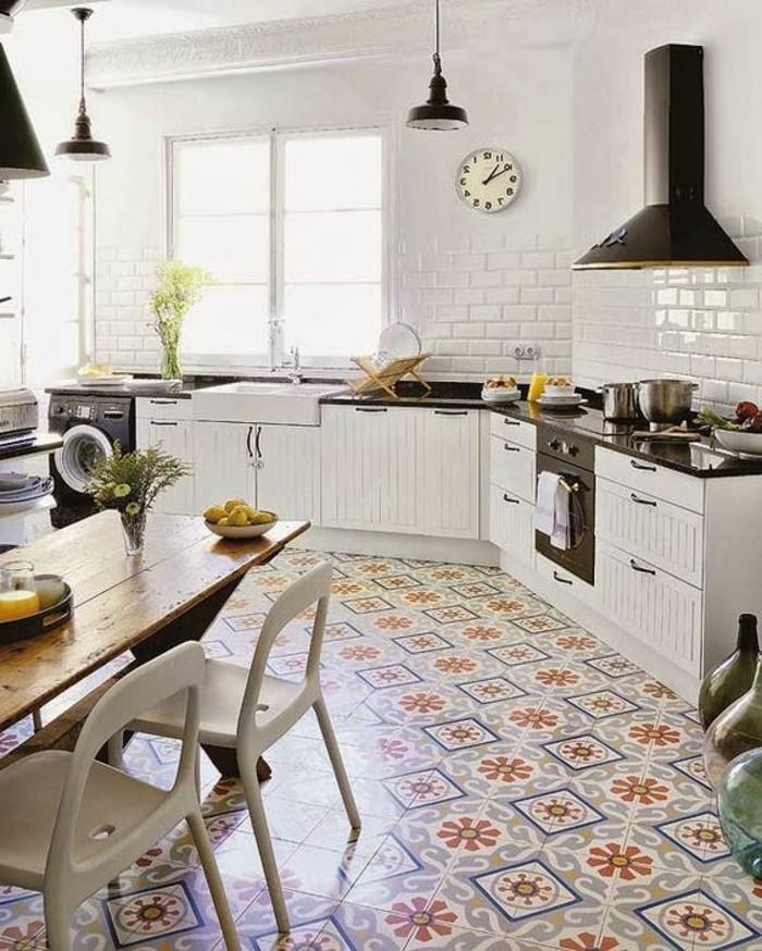 carrelage-ancien-au-sol-et-cuisine-blanche-equipee