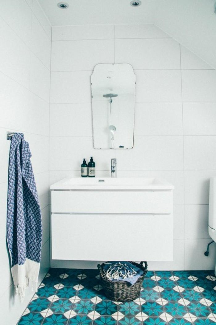 carrelage-ancien-bleu-et-blanc-meuble-vasque-blanc