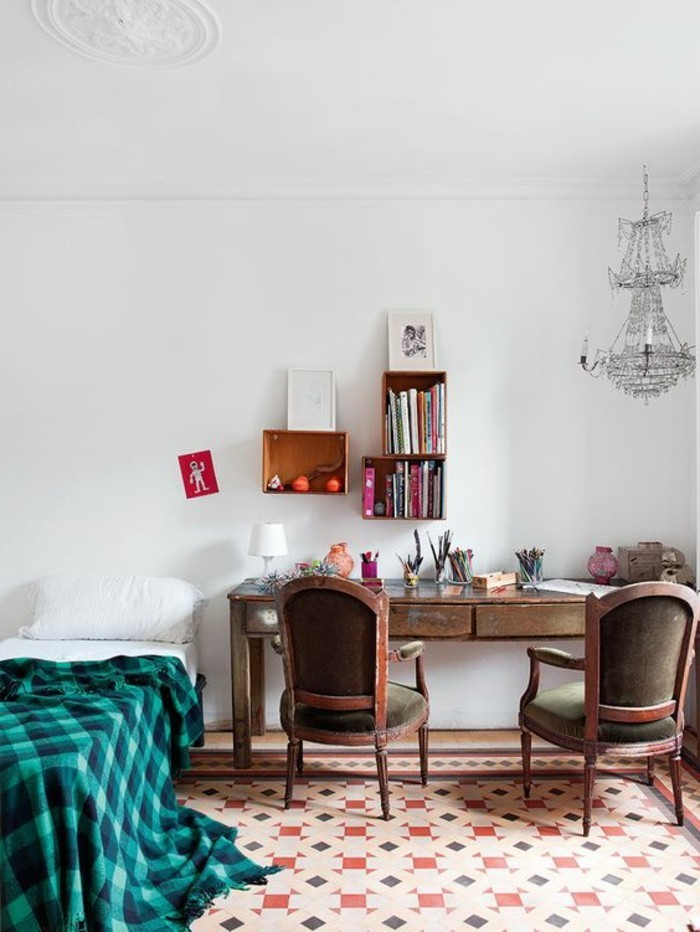 carrelage-ancien-bureau-et-chaises-vintage