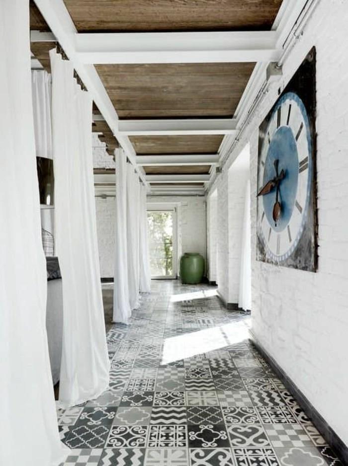 carrelage-ancien-couloir-original-peinture-blanche-et-carreaux