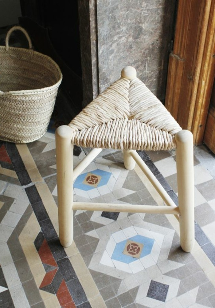 carrelage-ancien-decoration-style-antique-petit-tabouret