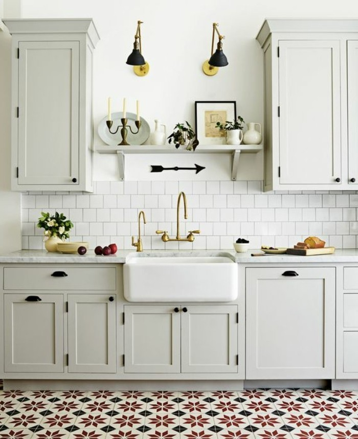 carrelage-ancien-figures-jolies-et-cuisine-blanche