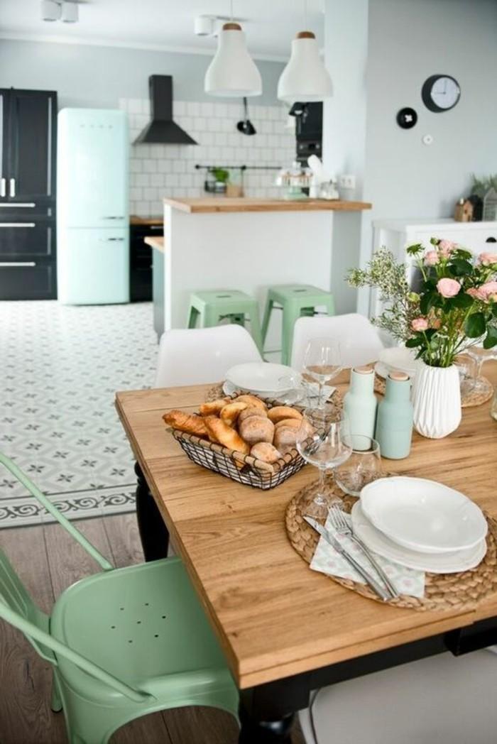 carrelage-ancien-table-design-en-bois-et-chaise-verte