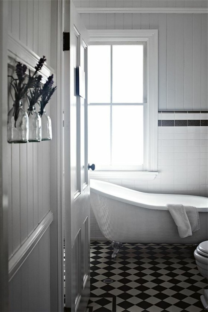 carrelage-damier-noir-et-blanc-baignoire-blanche-luisante