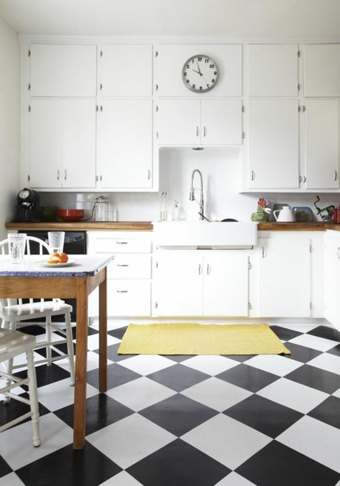 Chambre A Coucher Algerie : damier noir et blanc, placards de cuisine blancs et table en bois avec