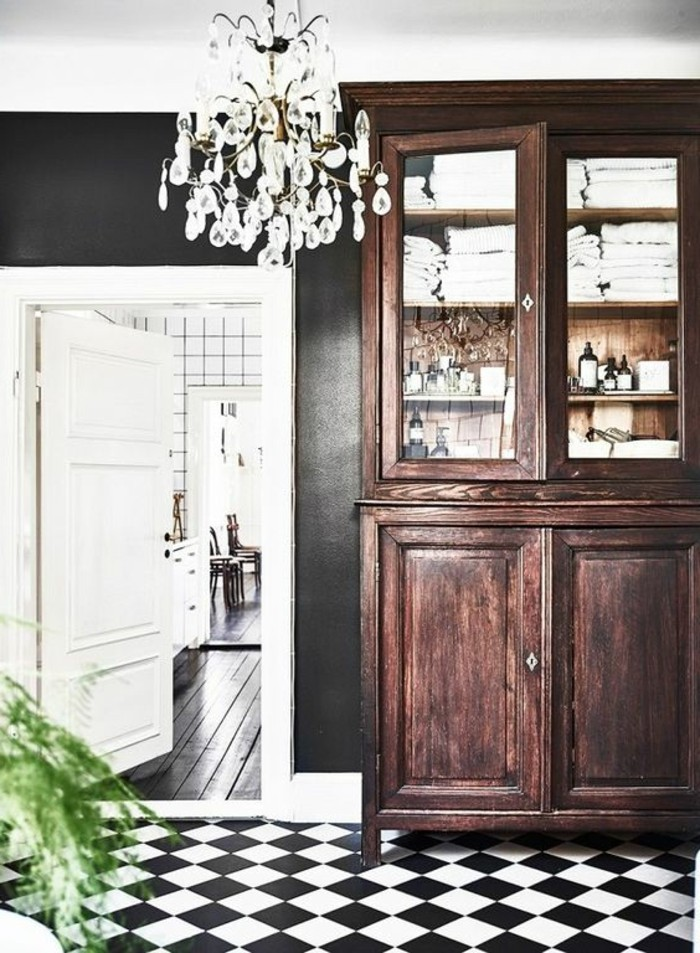 carrelage-damier-noir-et-blanc-carrelage-en-damier-armoire-bois-fonce