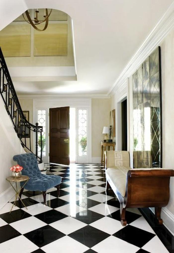 carrelage-damier-noir-et-blanc-entree-spacieuse-et-escalier