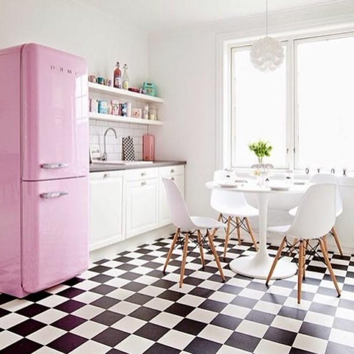carrelage-damier-noir-et-blanc-frigo-rose-carreaux-noirs-et-blancs