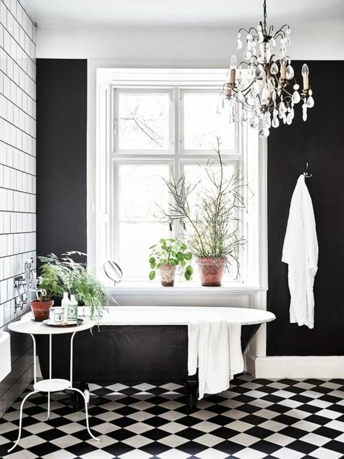 carrelage-damier-noir-et-blanc-grande-baignoire-noire