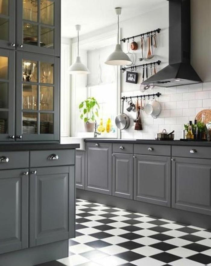 carrelage-damier-noir-et-blanc-placards-gris-carreaux-muraux-blancs