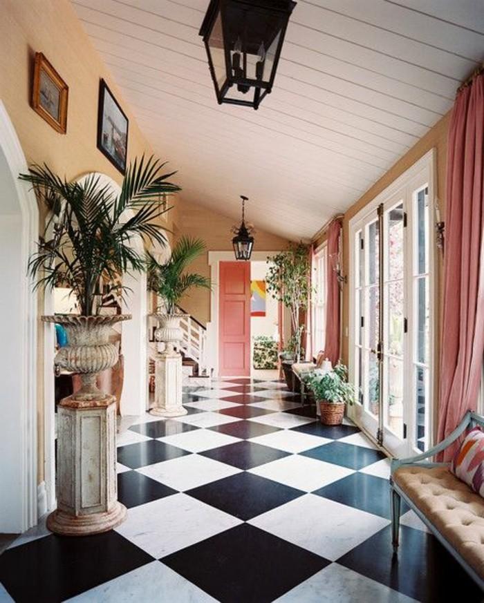 carrelage-damier-noir-et-blanc-rideaux-roses-couloir-entree