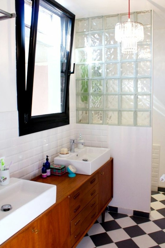 carrelage damier, carreaux de verre dans salle de bain originale