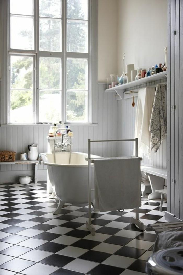 carrelage-damier-noir-et-blanc-simple-etagere-et-baignoire
