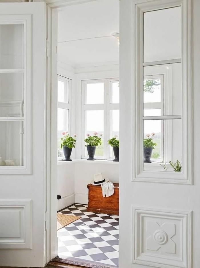 carrelage-damier-noir-et-blanc-valise-vintage-pots-de-fleurs