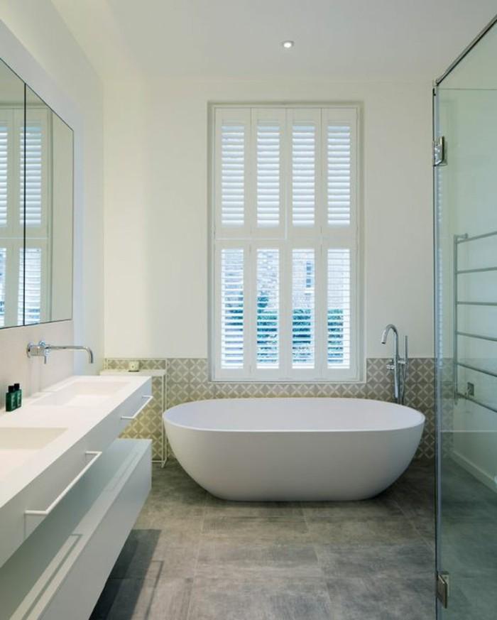 carrelage-effet-beton-baignoire-blanche-et-meuble-vasque-suspendu