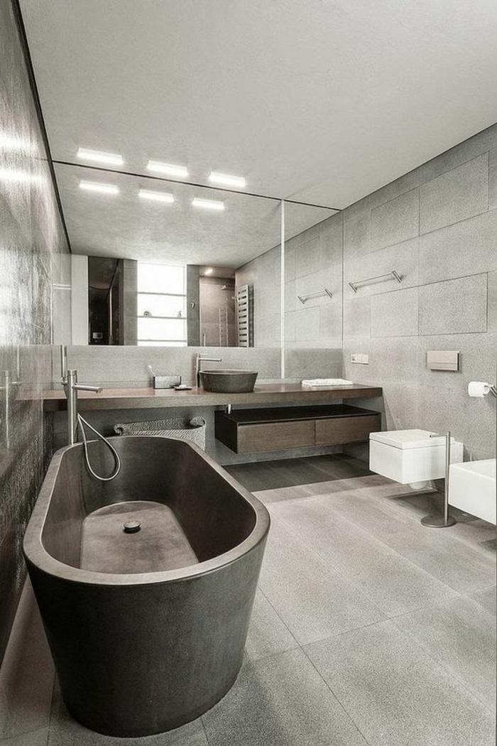 carrelage-effet-beton-grande-baignoire-grise-sol-aspect-beton-grande-salle-deau