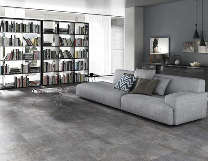 carrelage-effet-beton-sofa-moderne-et-etagere-bibliotheque-salon