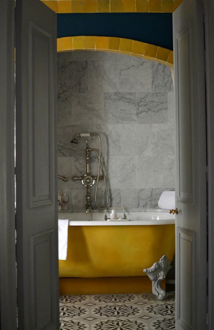 59 salles de bain chic qui vous montrent le beaut du for Carrelage salle de bain gris et jaune